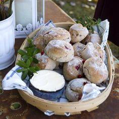 Färska lingon i frallorna ger en lite syrlig och pikant smak. De här gör sig utmärkt på en höstig buffé eller till helgfrukosten. Pretzel Bites, Scones, Camembert Cheese, Tart, Brunch, Bread, Desserts, Recipes, Food