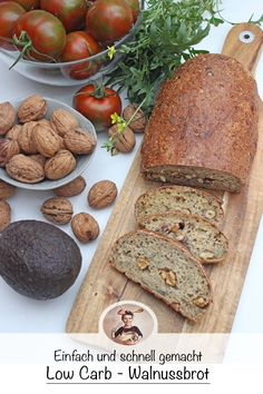 So machst du schnell und einfach ein Low Carb Walnussbrot. Today I have a fast and tasty low carb bread for you. It is filled with many organic walnuts and many different seeds and seeds. Low Carb Recipes, Diet Recipes, Healthy Recipes, Quick Recipes, Hamburgers, Low Carb Lunch, Le Diner, Food Items, Food And Drink