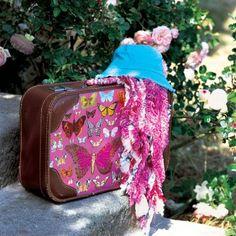 Une valise décorée de papillons