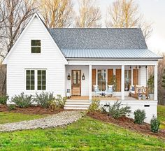 The modern farmhouse style isn't just for rooms. The farmhouse exterior design totally reflects the whole style of the home and the family tradition also. It totally reflects the entire style… White Farmhouse Exterior, Farmhouse Style, Southern Farmhouse, Farmhouse Ideas, Urban Farmhouse, Cottage Exterior, Farmhouse Decor, Farmhouse Homes, Southern Cottage