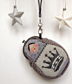 chippilyushkiny pyhtelki Christmas Cross, Christmas Ornaments, Cross Stitch Tutorial, Frame Purse, Kinds Of Fabric, Russian Fashion, Retro, Coin Purse, Textiles