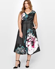 """Make a statement with this beautiful printed dress with stunning flowers. This fit and flare dress is fitted just right to give you beautiful curves. Wear it for work or a cocktail for a fresh look.<br /><br />Fit & cut<br />- Fit & flare<br />- Sleeveless<br />- V neck<br />- Midi length<br />- Lenght : 48""""<br /><br />Design details<br />- Floral print<br />&l..."""