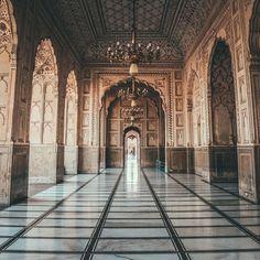 nostalgicpakistani:    Badshahi Mosque inLahore, Pakistan. (viaaabbiidd)