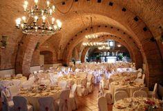 La Torre contiene all'interno splendidi saloni restaurati, che portano i nomi dei personaggi della storia del luogo, Sala delle Dame e Sala Sanseverino.