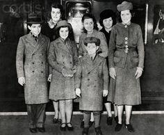 """ March The Kennedy children at Victoria Station in London. Ted Kennedy, Robert Kennedy, Jackie Kennedy, Patricia Kennedy, Kathleen Kennedy, Rosemary Kennedy, Familia Kennedy, Joan Bennett, John Fitzgerald"
