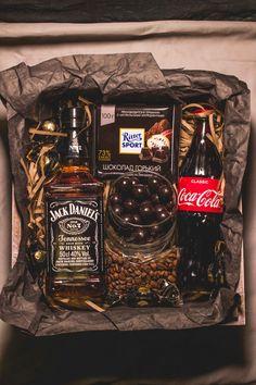 Gift Box For Men, Gift Baskets For Men, Wine Gift Baskets, Diy Gifts For Him, Diy Gift Box, Diy Gifts For Boyfriend, Homemade Gift Baskets, Homemade Gifts, Christmas Gifts For Friends