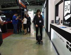 mujer probando monociclo electrico con ruedines iniciacion