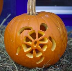 The cutest pumpkin carving ideas to use this year! pumpkin carving templates, easy pumpkin carving i Disney Pumpkin Carving, Halloween Pumpkin Carving Stencils, Halloween Pumpkin Designs, Amazing Pumpkin Carving, Pumpkin Carving Templates, Pumpkin Stencil, Halloween Pumpkins, Pumpkin Painting, Pumkin Carvings Easy