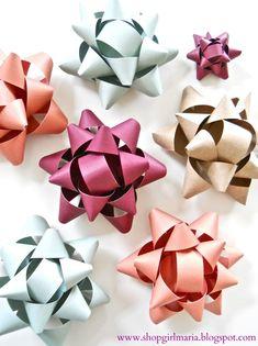 Shopgirl: Handmade Paper Bow Tutorial Old scrap book paper? Diy Christmas Cards, Christmas Bows, Christmas Crafts, Christmas Ideas, Crafts To Do, Paper Crafts, Paper Art, Homemade Bows, Burlap Gift Bags