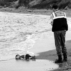 GIF de un Ángel desprendiéndose del niño sirio que murió