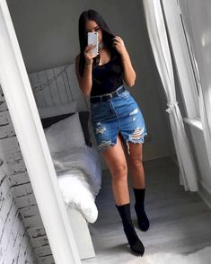 Look saia jeans destroyed, body preto e sock boots. Jean Skirt Outfits, Casual Skirt Outfits, Denim Outfit, Trendy Outfits, Fall Outfits, Denim Skirt Outfit Party, Party Outfit Summer, Jean Mini Skirts, Denim Mini Skirt
