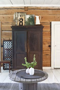 Old rustic closet in log… Farmhouse Style Furniture, Home Furniture, Knotty Pine Decor, Country Girl Home, Tiny Log Cabins, Rustic Closet, Br House, Plank Walls, Cottage Interiors