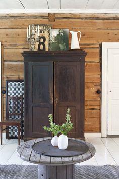 Vanha talonpoikaiskaappi hirsiseinäisessä pirtissä. Old rustic closet in log house. | Unelmien Talo&Koti Kuva: Camilla Hynynen Toimittaja: Jaana Tapio