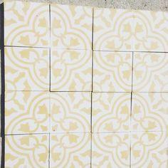 Trébol amarillo clásico  #cholula #diseño #arqmx  #mosaicoshidraulicos #madeinMexico #mosaicodepasta #arqmx #art #artesanal #baldosas #cementtiles #carreauxdeco #design #decoracion #fliesen #floor #handmade #ihavethisthingwithfloors #interiordesign #tileaddiction #tiles #mosaicos #baldosas #loseta #losacriolla by heclops