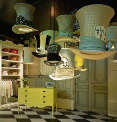 Une mise en scène réussie dans un esprit Alice au Pays des Merveilles Witty Knitters - Hamburg #hat shop window