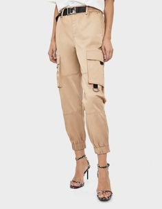 Have a look at the latest trends in women's trousers, shorts and leggings from Bershka's 2019 winter collection. Cargo, joggers, paperbag and striped trousers for every occasion from Autumn Fashion Women Fall Outfits, Cute Fall Outfits, Trendy Fashion, Fashion News, Casual Outfits, Cargo Pants, Khaki Pants, Tracksuit Bottoms, Trousers Women
