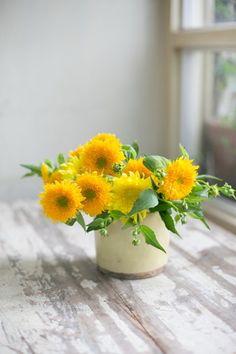 高橋郁代さんの花アレンジ:レモンイエローのモネと、少し濃いめのイエローのテディベア。2種類のヒマワリを使っ…|LEE(リー)