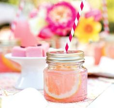 YUMMMMMM: Serve up ice cold lemonade in mason jars for a portable drink! (viaA LITTLE SUSSY)