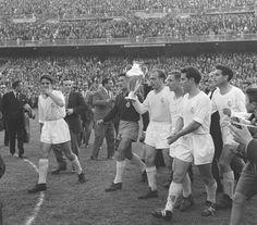 30 de mayo de 1957, el Real Madrid vence por 2 - 0 a la Fiorentina en el Bernabéu y conquista la segunda copa de Europa. En la fotografía, de izquierda a derecha: Mateos, Juanito Alonso, DiStéfano (con el trofeo), Kopa, Zárraga y Lesmes.