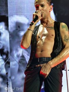 Dave Gahan of Depeche Mode, photo from Walkonbarefootforme