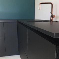 | K J Ø K K E N | Elsker materialkombinasjonen av sort matt laminat, sort eik, lekker farge på fondvegg og kobberblandebatteri i HTH VH7 Kjøkkenet hjemme hos @myinteriorbubble ⭐️⭐️