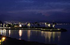 別府の夜景を背に、ライトアップで再現された「瓜生島」=28日午後、大分市の田ノ浦ビーチ