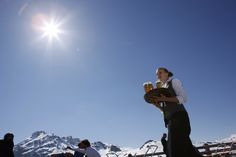Nova Stoba - von der großen Sonnenterrasse aus können Sie die herrliche Bergwelt der Silvretta Montafon in vollen Zügen genießen. Auch Partytiger kommen hier auf ihre Kosten, sie können den Tag an der Sternbar bei heißen Rhythmen und Disco-Sound ausklingen lassen. #silvrettamontafon #sun #relaxing Restaurant, Mount Everest, Skiing, Nova, Mountains, Nature, Travel, Summer Recipes, Ski