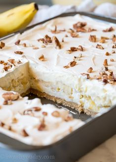 The layers in this No Bake Banana Split Cake are irresistible! Banana Split Dessert, Banana Dessert Recipes, Cake Mix Recipes, Köstliche Desserts, Delicious Desserts, Baking Recipes, Banana Pudding Cake, Banana Cheesecake, Dessert Bars