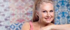 """""""Of course word ek ouer,"""" sê Suid-Afrika se goue meisie, wat in 1974 as Mej. Wêreld gekroon is. As dit is hoe """"oud"""" lyk, gee ons nie om nie. Anneline verklap waar sy deesdae is. Miss World, Beauty Pageant, Aging Gracefully, Ageing, Celebs, Celebrities, Beauty Queens, Hoe, Models"""