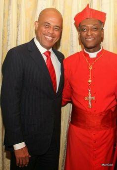 Le président haitien Martelly posant avec le nouveau cardinal haitien Chibly Langlois le 22 février 2014 au Vatican--Haiti president Martelly with new Haitian cardinal C. Langlois in Vatican, Feb 22, 2014. Cliquez sur la photo pour Plus