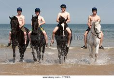 I membri dei Blues and Royals (Household Cavalry) esercitano le loro cavalcature su Holkham spiaggia a Norfolk