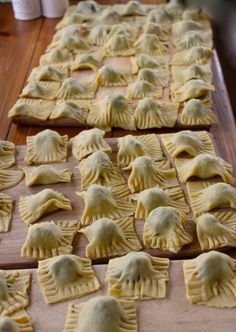 How to Make Homemade and Handmade Italian Ravioli from La Bella Vita Cucina. No molds are necessary to make ravioli when you make them by hand! Italian Dishes, Italian Recipes, Italian Pasta, Italian Cooking, Italian Torta Recipe, Italian Pastries, Un Diner Presque Parfait, Pasta Recipes, Cooking Recipes