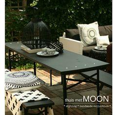 Zwart wit terras met matzwarte biertafel #thuismetmoon #styling #photoshoot#photography www.thuismetmoon.nl