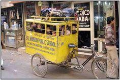 Foto tirada na Índia de crianças sendo levadas para escola de triciclo, esmagadas dentro de um caixote. [via]
