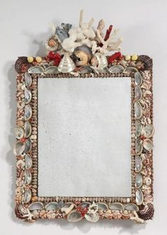 Miroir, le cadre orné de coquillages et coraux. Accidents et manques                                                                                                                                                     Plus