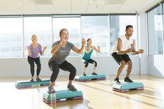 Pas de temps pour pour votre séance d'entraînement aujourd'hui? Placez quelques squats tout au long de la journée. Entraîner de grand groupes musculaires brûle des calories. #NoExcuses 🔥