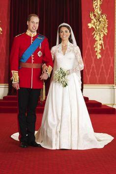Fatia do bolo de casamento do príncipe William e Kate Middleton é vendida por R$ 19,4 mil