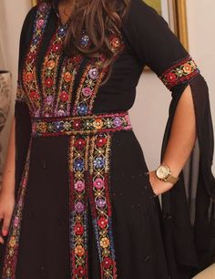 I love Palestinian traditional dresses Traditional Fashion, Traditional Dresses, Palestinian Embroidery, Style Ethnique, Afghan Dresses, Iconic Dresses, Classy Casual, Vintage Embroidery, Ethnic Fashion