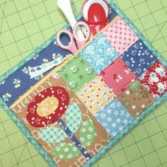 New Tutorial - Quilty Zip Bag - Easiest Zipper Ever! Quilting Tutorials, Quilting Projects, Sewing Tutorials, Sewing Kits, Quilting Tools, Quilted Gifts, Quilted Bag, Small Sewing Projects, Sewing Crafts
