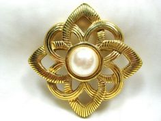 Vintage-Gold-and-Faux-Pearl-Swirl-Brooch-Pin-Open-Metalwork-Diamond-Shaped
