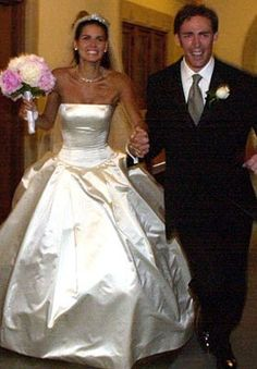 Angie Harmon tied the knot wearing a simple yet stunning satin Vera Wang ball gown with the most amazingly fitted bodice I've ever seen on a wedding dress.