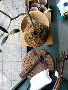 #mercadoloftstore #umseisum #porto #cadeira #chair #pillow #peçasantigas #cruz #arvore #tree #olivetree #gamela #madeira #wood #handmade #vasos #peças #unique #style #mood