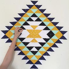 Spectacular pointy WIP by Astrid of Red Red Completely Red. Barn Quilt Designs, Quilting Designs, Small Quilts, Mini Quilts, Tapete Floral, Southwestern Quilts, Indian Quilt, Geometric Quilt, Half Square Triangle Quilts