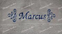 Toalha social Marcus. Arabescos laterais e nome na cor azul. Temos outras fontes de letras à sua escolha.Criação Bordados da Iuri.