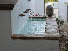 Cortijo El Guarda: sun, field and silence Small Backyard Pools, Small Pools, Backyard Landscaping, Brick Wall Decor, Le Riad, Casa Patio, Pond Fountains, Backyard Playground, Outdoor Living