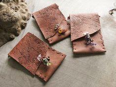Small tribal style leather pouches (miailluzia.com)