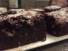 Schoko-Brownies  Backofen mit170°C Ober-Unterhitze vorheizen und eine eckige Kuchen oder Springform einfetten. Schokoladen fein hacken und mit der Butter gemeinsam schmelzen. Eier, Zucker & Vanillezucker schaumig schlagen und die geschmolzene Schokolade einrühren, sodass die Masse schön flaumig wird. Danach gesiebtes Mehl mit Salz vorsichtig unterheben & in der Form verteilen. Für ca. 30 Min. backen, danach...Weiterlesen