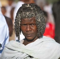 The Ethiopian tribes who use BUTTER to style their hair: Incredible photos reveal the elaborate curled creations of the Afar people, and the Hamer who mix ghee with red ochre to spectacular effect Ethnic Hairstyles, Black Girls Hairstyles, Boy Hairstyles, Summer Hairstyles, Black Hairstyle, Protective Hairstyles, Ethiopian Hair, Ethiopian Tribes, Eric Lafforgue