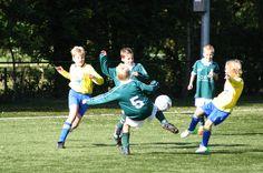 jongens spelen voetbal