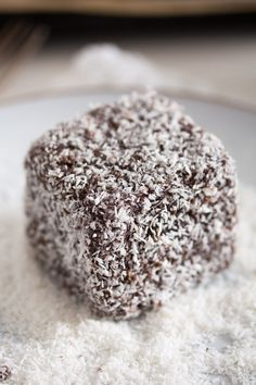 Lamingtons traditional Australian cake squares dipped in a velvety chocolate icing and sprinkled with desiccated coconut. Lamington Cake Recipe, Lamingtons Recipe, Australian Cake Recipe, Australian Food, Australian Recipes, Chocolate Icing, Melting Chocolate, Mini Cakes, Gastronomia